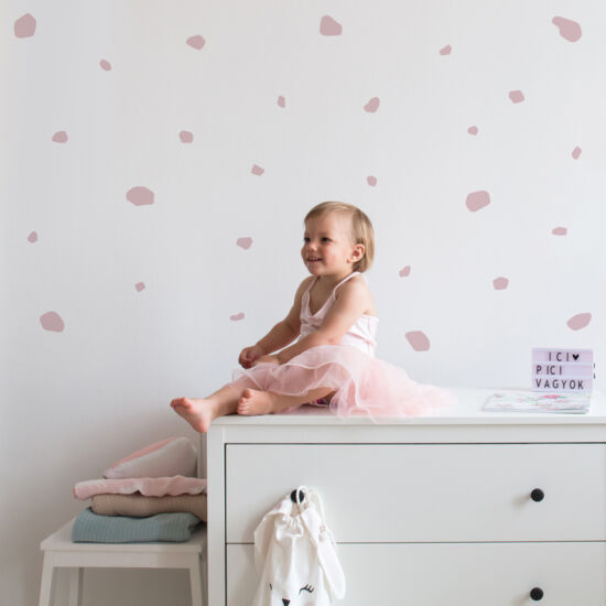 pasztell rózsaszín terrazzo falmatrica kislánnyal